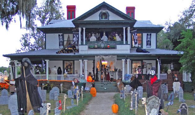 23 Decorated Houses From People Winning At Halloween | SMOSH