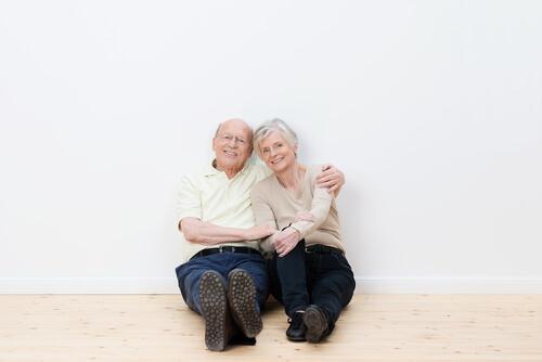 couple de personnes âgées plancher de bois mur blanc