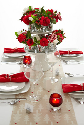 DIY Christmas table centerpieces flowers and holly