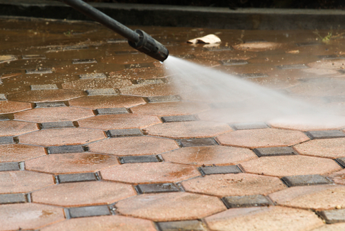 Cleaning concrete block floor by high pressure water jet